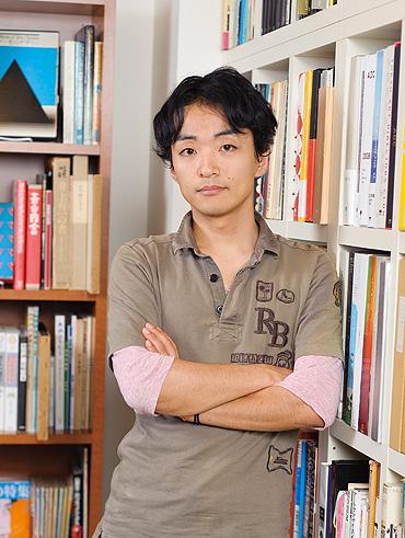 道尾秀介の結婚(彼女)や年収、学歴や受賞歴が気になる!【イケメン作家】