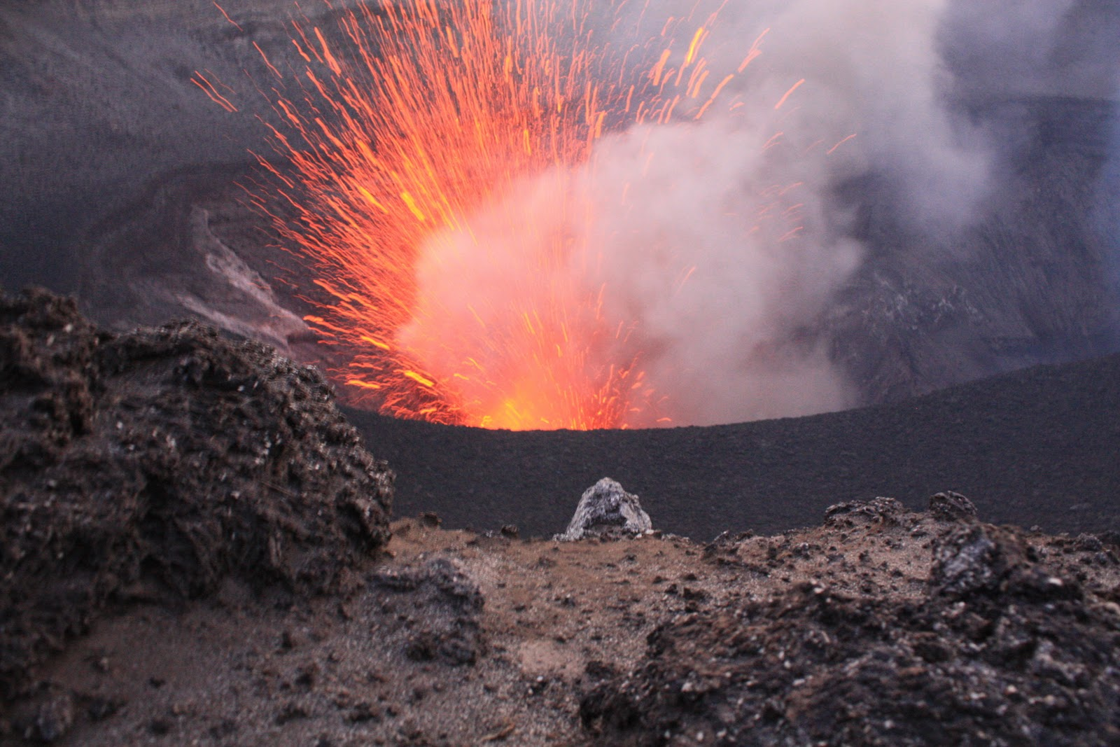 ジェフ・マックレイとブラッドリー・アンブローズのバヌアツのヤスール火山動画がヤバイ!もはやCGかSF!