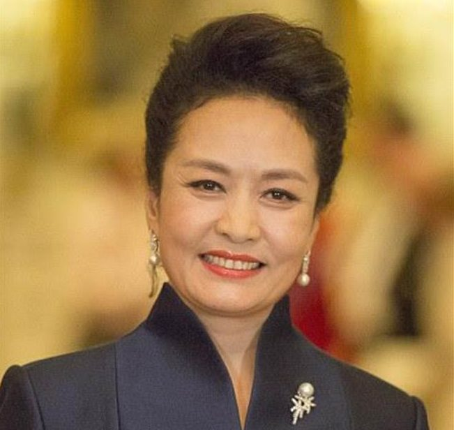 習近平夫人(彭麗媛)の経歴や若い頃の画像、馴れ初めや国民的歌手の歌声・動画は?